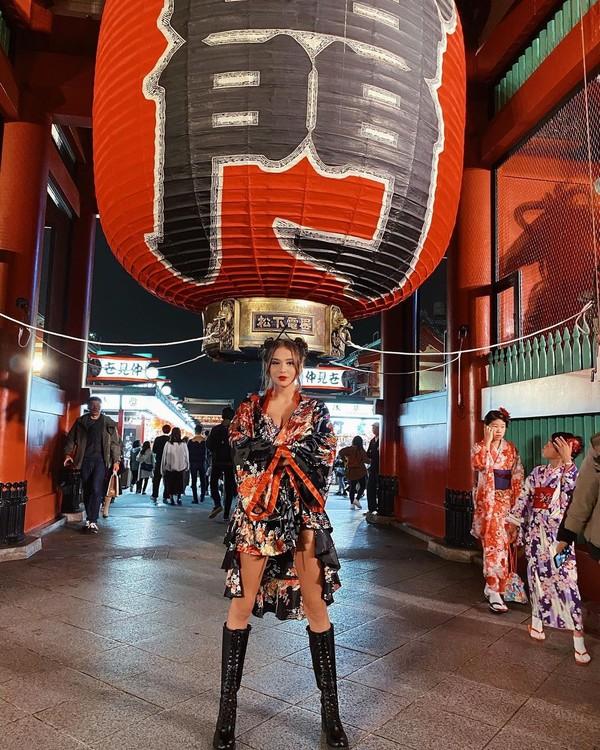 Untuk benua Asia, Taskin pernah liburan ke Jepang. Di Jepang, Taskin berfoto seksi dengan kimono di depan Kuil Sensoji, Asakusa. (Instagram/Merve Taskin)