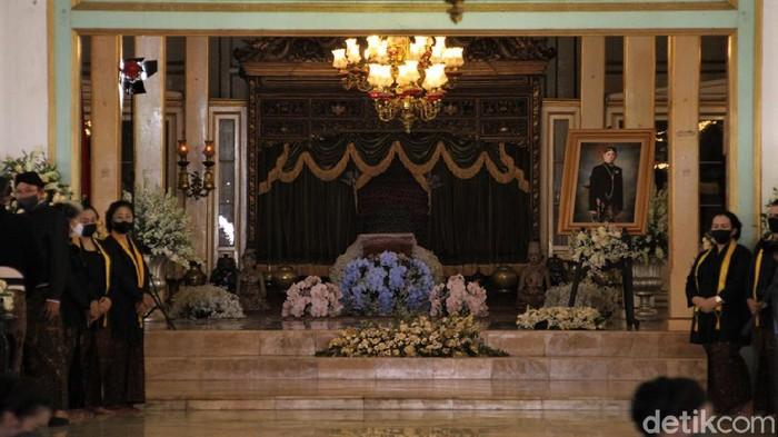 Jenazah KGPAA Mangkunegara IX tiba di Astana Giri Layu, Karanganyar. Sebelumnya jenazah KGPAA Mangkunegara IX disemayamkan di Ndalem Agung Pura Mangkunegaran.