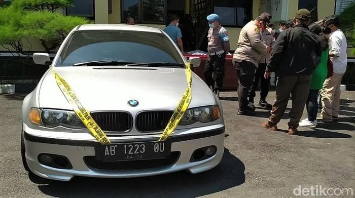 Dua pria pembobol duit Rp 470 juta ATM Bank Mandiri di Kabupaten Magelang ditangkap. Sejumlah barang bukti diamankan mulai dari mobil mewah hingga uang tunai.