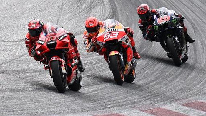 (L-R) Ducati Italian rider Francesco Bagnaia, Honda Spanish rider Marc Marquez and Yamaha French rider Fabio Quartararo compete during the Austrian Motorcycle Grand Prix at the Red Bull Ring race track in Spielberg, Austria on August 15, 2021. (Photo by Joe Klamar / AFP)