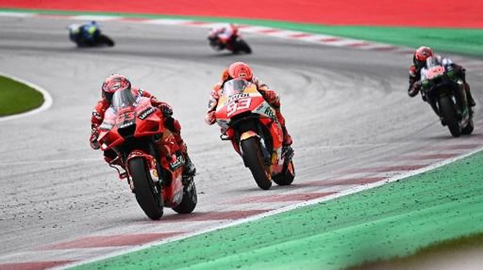 Ducati Italian rider Francesco Bagnaia (L) and Honda Spanish rider Marc Marquez (2nd L) compete during the Austrian Motorcycle Grand Prix at the Red Bull Ring race track in Spielberg, Austria on August 15, 2021. (Photo by Joe Klamar / AFP)