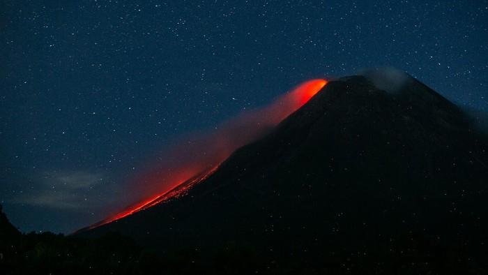 Luncuran lava pijar kembali terlihat di Gunung Merapi, Sleman. Menurut data BPPTKG, pagi ini Merapi muntahkan 10 kali guguran lava pijar ke arah barat daya.