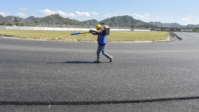 Seorang pekerja berada di tikungan ke 2 lintasan Mandalika International Street Circuit di Kawasan Ekonomi Khusus (KEK) Mandalika, Pujut, Praya, Lombok Tengah, NTB, Minggu (15/8/2021). Sirkuit Mandalika merupakan salah satu sirkuit terbaik menggunakan teknologi