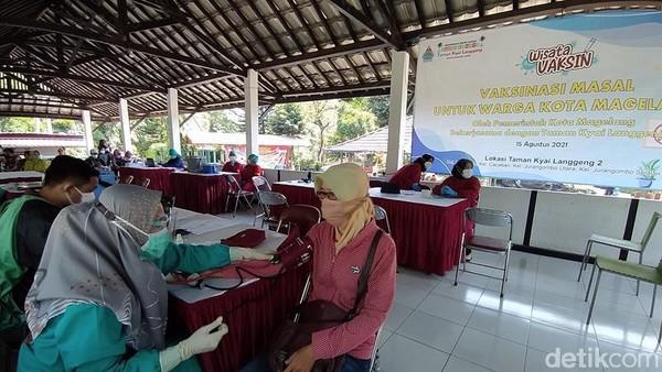 Di Taman Kyai Langgeng dilaksanakan vaksinasi untuk warga dari 8 kelurahan yang targetnya 1.000 orang, yaitu dari Kelurahan Tidar Utara, Tidar Selatan, Rejowinangun Selatan dan Magersari. Kemudian, warga dari Kelurahan Kemirirejo, Cacaban, Jurangombo Utara dan Jurangombo Selatan. (Eko Susanto/detikTravel)