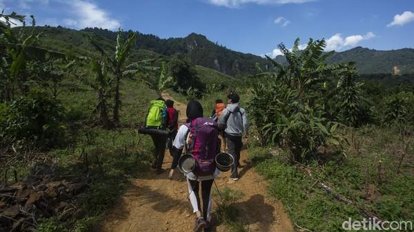 Namun untuk mencapai lokasi ini traveler harus berjalan kaki selama 20 menit dari lokasi parkir motor.