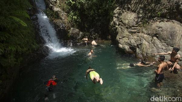 Air yang segar menjadi penawar letih pengunjung yang telah jalan jauh dari parkiran ataupun usai melakukan pendakian.