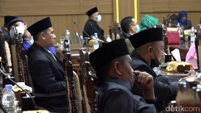 DPRD Kota Probolinggo mendengarkan pidato kenegaraan Presiden Joko Widodo menjelang HUT RI ke-76. Namun ada anggota dewan yang membuka masker dan HP.