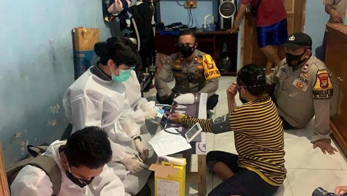 Warga sekitar area Metro Setiabudi menjadi sasaran vaksinasi merdeka dari aparat kepolisian beserta jajaran tim vaksinasi di gang sempit Ibu Kota.