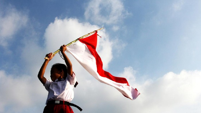 an elementary school pupils raised the Indonesian flag