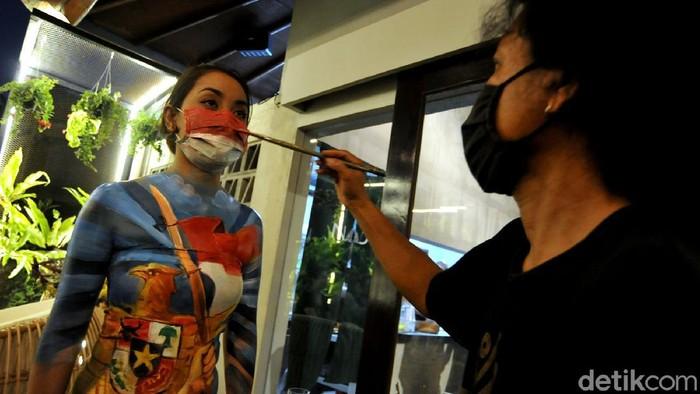 Dalam menyambut HUT Republik Indonesia seniman bali melukis tubuh model dengan tema kemerdekaan.