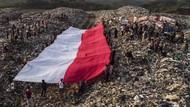 Pegiat Lingkungan Bentangkan Bendera Merah Putih di TPA Ciangir
