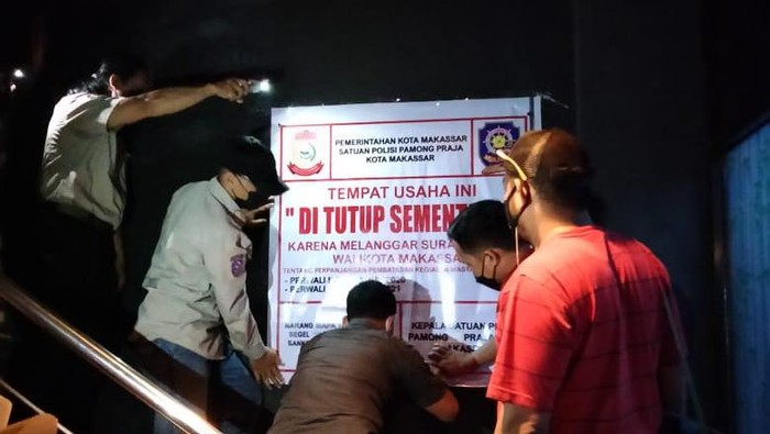 Pemkot Makassar menutup THM bermodus warkop yang kedapatan beroperasi saat PPKM level 4. (Reinhard/detikcom)