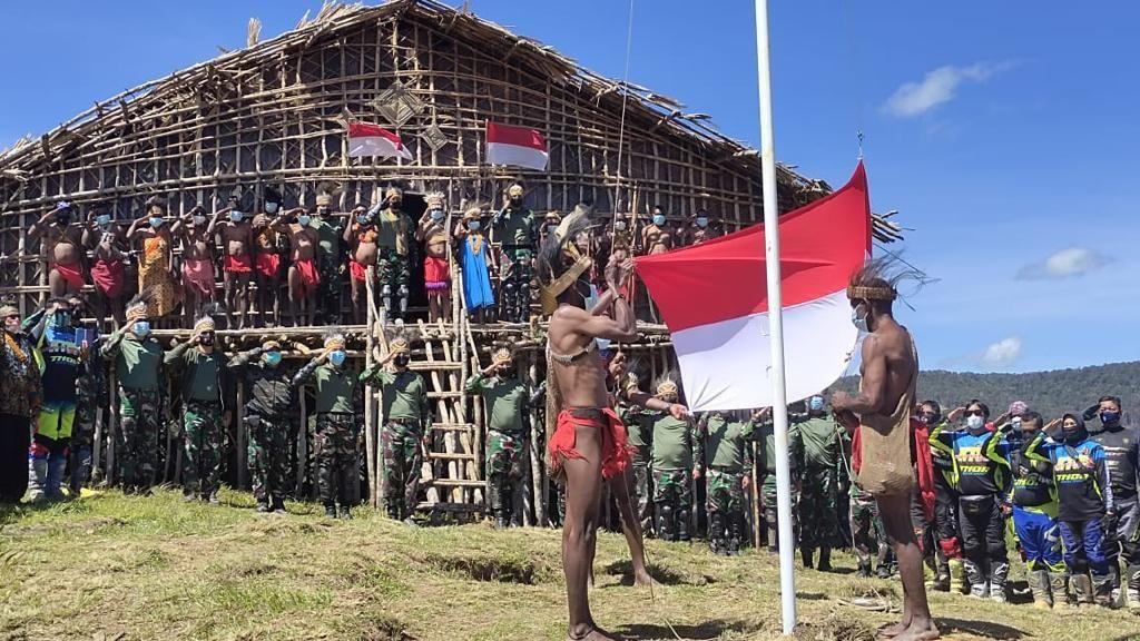 Terima Bendera Merah Putih dari Pangdam, Suku di Pegaf Papua Tegaskan Setia NKRI