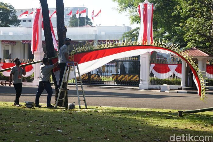 Menjelang upacara peringatan HUT Kemerdekaan RI pada 17 Agustus besok, berbagai persiapan dilakukan di Istana Negara. Ragam dekorasi yang khas mulai dilakukan.