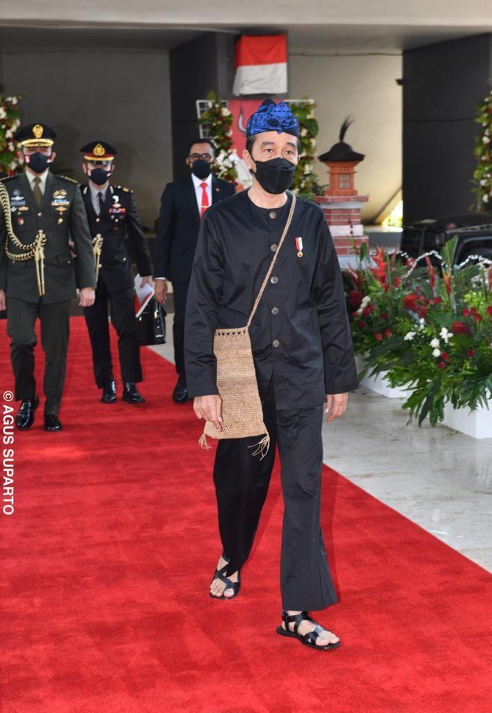 Presiden Jokowi Pakai Baju Adat Suku Baduy