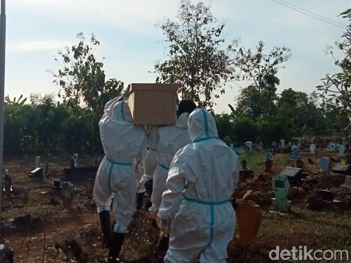 Relawan di Lamongan ini telah membantu pemulasaraan lebih dari 180 jenazah pasien COVID-19 selama pandemi. Seperti apa cerita lengkapnya?