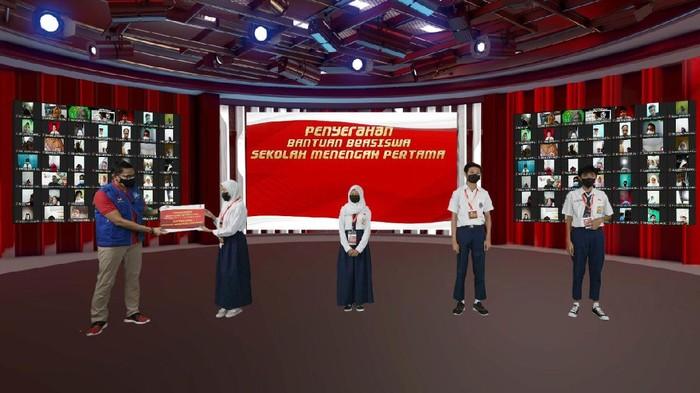 Menparekraf Sandiaga Uno memberikan 1.000 beasiswa kepada anak-anak para pedagang kecil. Pemberian beasiswa dilakukan secara virtual.