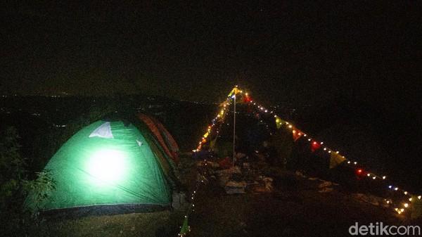 Pemandangan malam dari camp pun cukup indah dengan landscape gemerlap Bogor.