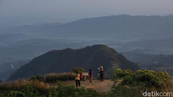 Sunrise di Gunung Kuta juga cukup indah, bagi pendaki yang kesiangan juga dapat berfoto-foto di area tenda.