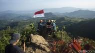 Serunya Mendaki Gunung Kuta yang Dekat Banget dari Jakarta
