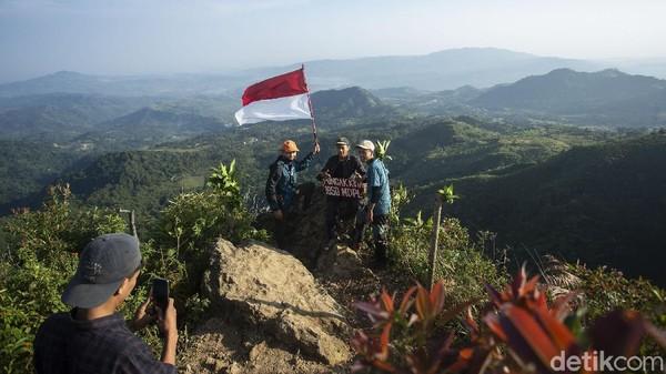Gunung Kuta yang memiliki ketinggian 1050 mdpl terletak di Kabupaten Bogor, Jawa Barat. Pendakian yang memiliki 3 pos ini sangat cocok bagi para pendaki pemula dan warga yang kangen naik gunung.