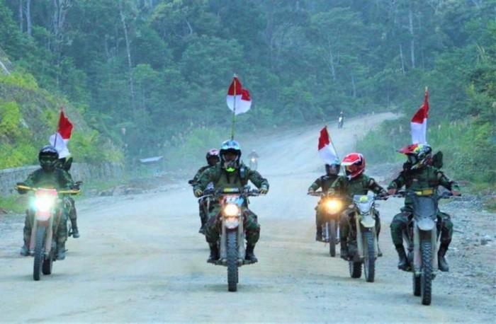 TNI AD touring naik motor trail di Papua