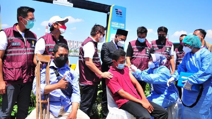 Bupati Kediri Hanindhito Himawan Pramana melakukan pengukuhan pasukan Paskibraka. Ini menjelang upacara bendera pada 17 Agustus 2021.