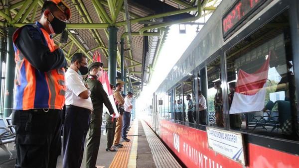 Pada moment kemerdekaan ini sejumlah KA Jarak Jauh juga menggunakan livery atau hiasan bernuansa tema kemerdekaan mulai dari lokomotif hingga rangkaian kereta (dok PT KAI Daop 1 Jakarta)