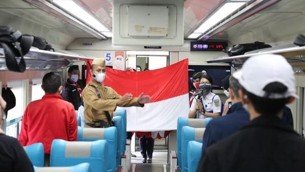 Pembentangan Bendera Merah Putih yang diiringi pemberian salam penghormatan ini dilakukan pada saat melepas keberangkatan kereta api (KA) dari area Daop 1 Jakarta yakni Stasiun Gambir dan Pasar Senen (dok PT KAI Daop 1 Jakarta)