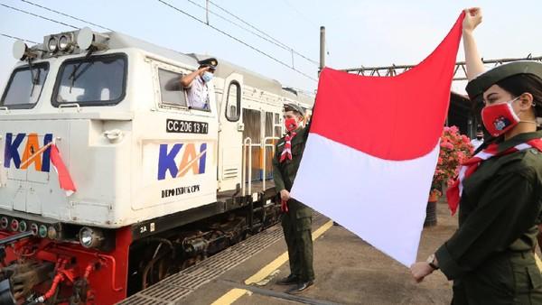 Pada peringatan kemerdekaan ini petugas frontliner khususnya costumer service dan loket juga akan menggunakan pakaian pahlawan pada saat melayani di stasiun (dok PT KAI Daop 1 Jakarta)