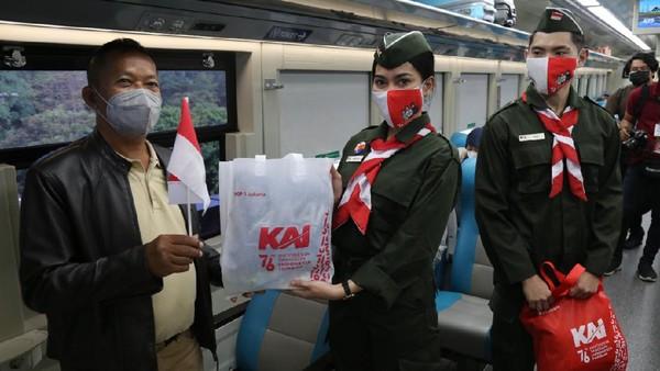 Peringati 76 Tahun Kemerdekaan RI, Daop 1 Jakarta Bentangkan Bendera Merah Putih Pada Keberangkatan KA dan Bagikan Bingkisan Kepada Penumpang KA Serta Porter Stasiun (dok PT KAI Daop 1 Jakarta)