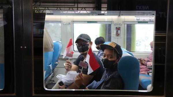 Para penumpang pun tak lupa ikut keseruan momen 17 Agustus ini (dok PT KAI Daop 1 Jakarta)