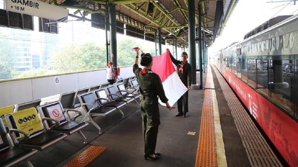 Memperingati Hari Ulang Tahun (HUT) Kemerdekaan Republik Indonesia ke- 76, PT Kereta Api Indonesia (Persero) Daerah Operasi 1 Jakarta melakukan pembentangan bendera Merah Putih saat keberangkatan KA pada Selasa, 17 Agustus 2020(dok PT KAI Daop 1 Jakarta)
