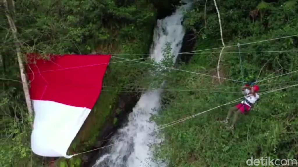Aksi Pecinta Alam Subang Bentangkan Bendera Raksasa di Atas Curug Cileat