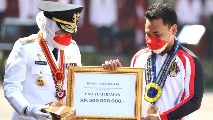 Atlet Angkat Besi Dapat Lencana Jer Basuki Mawa Beya Emas dan Rp 500 Juta