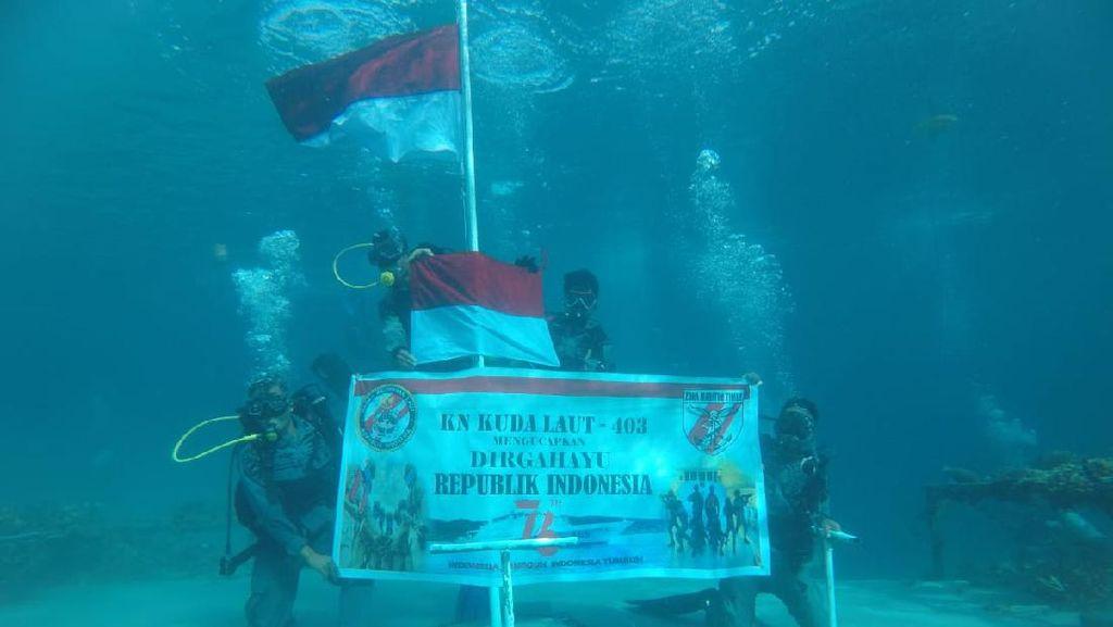 Rayakan HUT ke-76 RI, Bakamla Kibarkan Bendera Merah Putih di Laut Ambon