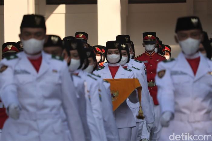 Upacara HUT RI turut digelar di Bandung. Digelar di masa pandemi COVID-19, upacara pengibaran bendera digelar dengan terapkan protokol kesehatan.