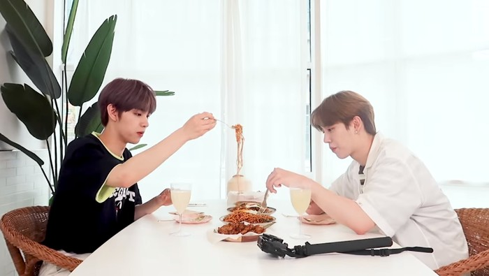 Idol K-Pop DRIPPIN Cicip Makanan Indonesia
