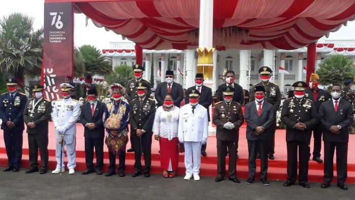 Gubernur Papua Lukas Enembe memimpin upacara peringatan HUT ke-76 RI, di halaman Gedung Negara, Jayapura, Selasa (17/8/2021).