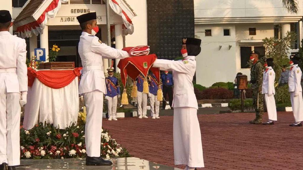 Melihat Khidmatnya Penurunan Bendera di Karawang