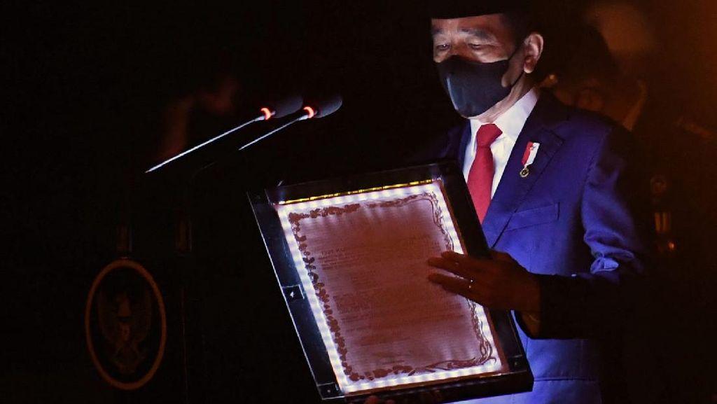 Momen Jokowi Pimpin Apel Kehormatan dan Renungan Suci di TMP Kalibata