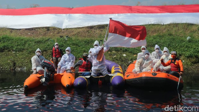Pegiat lingkungan di Kabupaten Bandung kenakan APD dalam peringatan HUT ke-76 RI, sebagai bentuk dukungan kepada nakes.