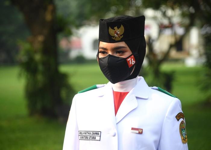 Pembawa baki Tim Indonesia Tangguh Ardelia Muthia Zahwa