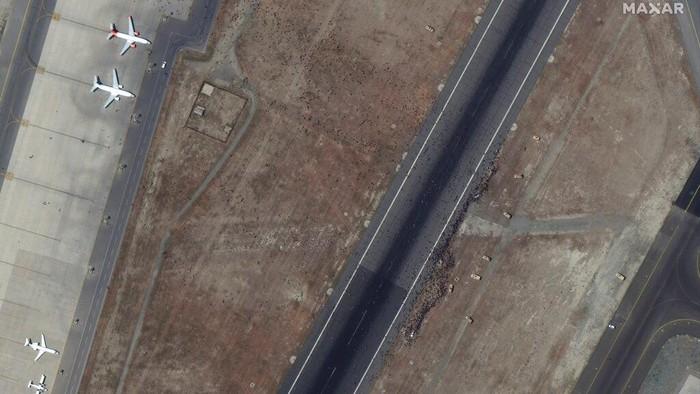 Warga berebut masuk pesawat untuk pergi dari Afghanistan usai Taliban merebut kekuasaan negara ini. Begini penampakannya dari satelit.