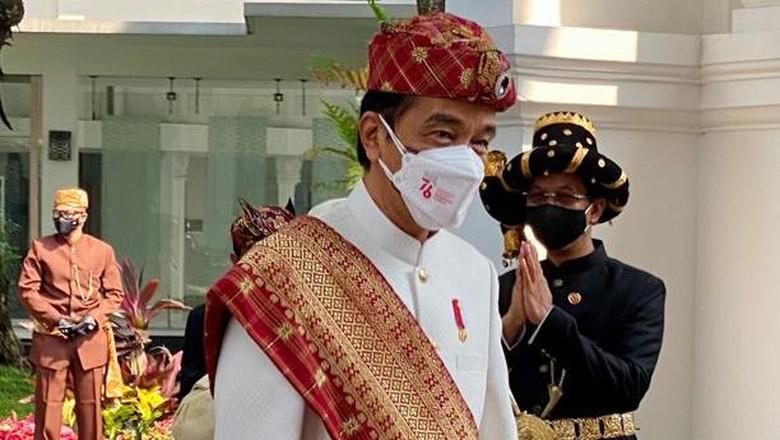 Presiden Joko Widodo kembali kenakan pakaian adat saat upacara peringatan detik-detik proklamasi kemerdekaan RI. Kali ini, Jokowi memakai pakaian adat Lampung.
