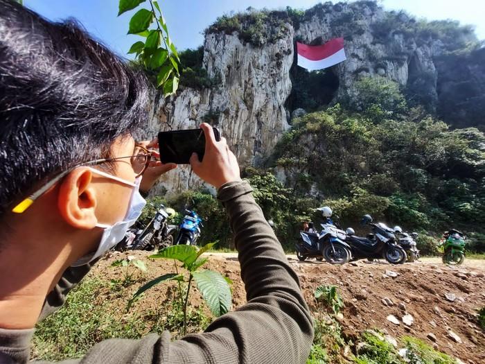 Bendera merah putih raksasa membentang di Tebing Hawu, Kabupaten Bandung Barat (KBB), Selasa (17/8). Hal ini pun menarik perhatian warga.
