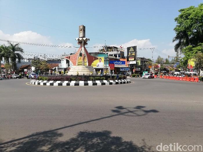 Polisi bersama warga di Sumedang berdiri sikap sempurna peringati HUT ke-76 RI.