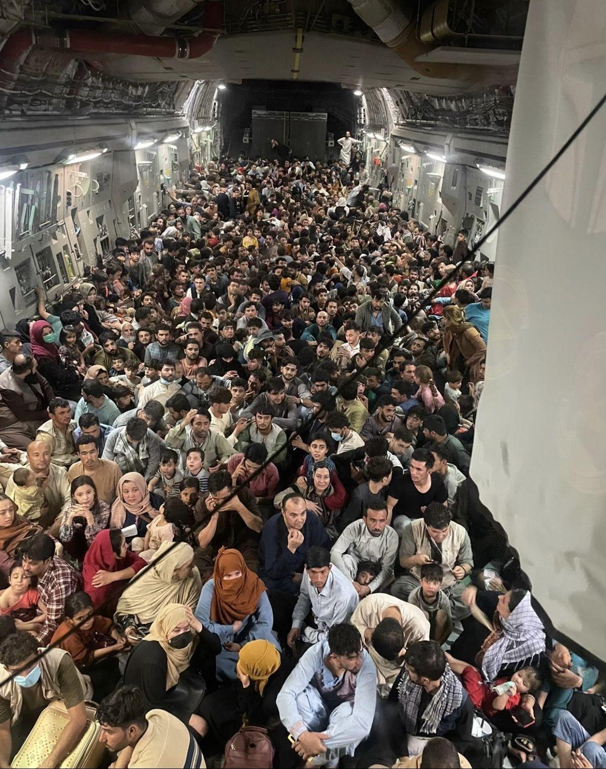 Ratusan warga Afghanistan berdesakan di dalam pesawat militer AS yang mengevakuasi mereka dari Kabul (Twitter/@DefenseOne)