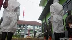 Puluhan tenaga medis di RSI Banjarnegara juga ikut merayakan HUT RI. Digelar di tengah pandemi para tenaga medis mengenakan APD saat laksanakan upacara bendera.