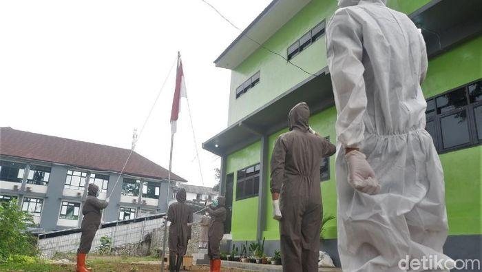 Puluhan tenaga medis di RSI Banjarnegara laksanakan upacara HUT RI. Digelar di tengah pandemi para tenaga medis kenakan APD saat laksanakan upacara.
